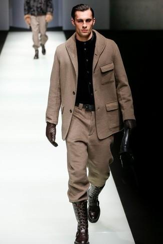 Cómo combinar: abrigo largo marrón, camisa de vestir negra, pantalón de vestir de lana marrón, botas de caña alta de cuero en marrón oscuro