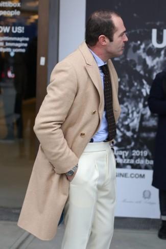 Cómo combinar: abrigo largo en beige, camisa de vestir celeste, pantalón de vestir en beige, corbata estampada en marrón oscuro