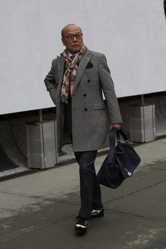 Cómo combinar: abrigo largo de tartán gris, camisa de vestir blanca, pantalón de vestir de tartán negro, zapatos brogue de ante en marrón oscuro