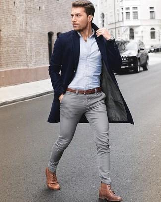 Los días ocupados exigen un atuendo simple aunque elegante, como un abrigo largo azul marino y unos vaqueros pitillo grises. Opta por un par de botas formales de cuero marrónes para mostrar tu inteligencia sartorial.