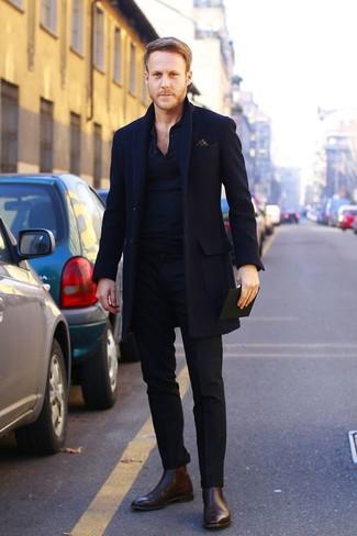 Algo tan simple como optar por un abrigo largo y un pantalón de vestir negro puede distinguirte de la multitud. Haz este look más informal con botines chelsea de cuero marrón oscuro.