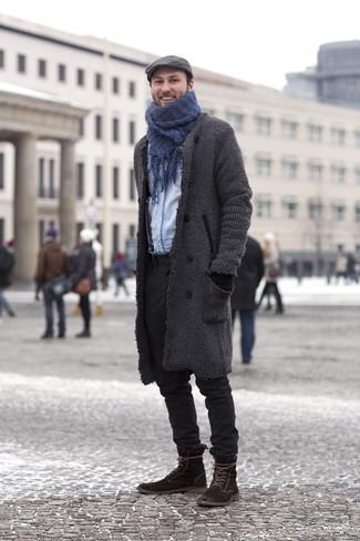 Cómo combinar: abrigo largo en gris oscuro, camisa vaquera celeste, pantalón chino negro, botas casual de ante en marrón oscuro