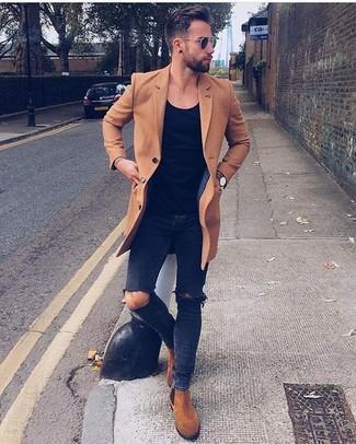 Cómo combinar: abrigo largo marrón claro, camiseta con cuello circular negra, vaqueros pitillo desgastados negros, botines chelsea de ante en tabaco