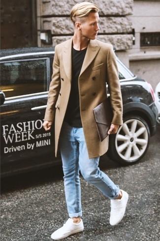 Usa un abrigo largo y unos vaqueros pitillo celestes para lograr un estilo informal elegante. Tenis blancos contrastarán muy bien con el resto del conjunto.