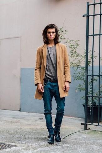 Cómo combinar: abrigo largo marrón claro, camiseta henley gris, vaqueros azules, botines chelsea de cuero negros