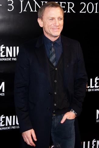 Look de Daniel Craig: Abrigo Largo Azul Marino, Cárdigan Negro, Camisa de Vestir Azul Marino, Vaqueros Azul Marino