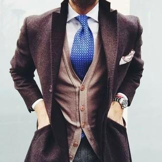 Look de moda: Abrigo Largo en Marrón Oscuro, Cárdigan Marrón Claro, Camisa de Vestir Blanca, Pantalón de Vestir de Lana a Cuadros Gris