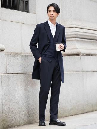 Emparejar un abrigo largo azul marino junto a un pantalón de vestir de rayas verticales negro es una opción estupenda para una apariencia clásica y refinada. Mocasín de cuero negro resaltaran una combinación tan clásico.