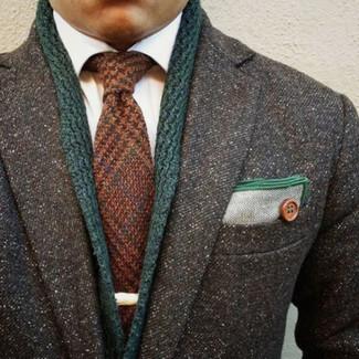 Cómo combinar: abrigo largo en gris oscuro, cárdigan con cuello chal verde oscuro, camisa de vestir blanca, corbata de lana marrón