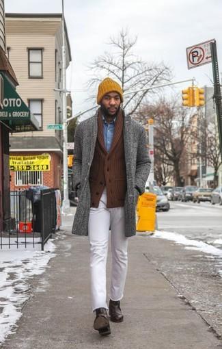Elige un abrigo largo de espiguilla gris y unos vaqueros blancos para las 8 horas. Luce este conjunto con botines chelsea de cuero marrón oscuro.