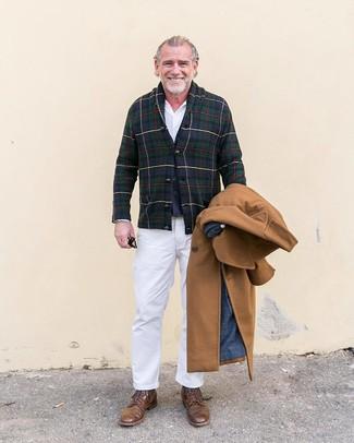 Cómo combinar: abrigo largo marrón claro, cárdigan con cuello chal de tartán en azul marino y verde, chaleco de vestir de lana azul marino, camisa de vestir blanca