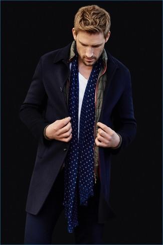 Cómo combinar: abrigo largo azul marino, chaleco de abrigo verde oliva, camiseta con cuello circular blanca, pantalón chino azul marino