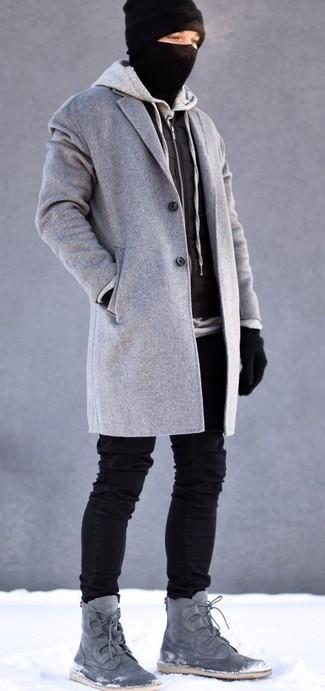 Emparejar un abrigo largo gris y unos vaqueros pitillo negros es una opción cómoda para hacer diligencias en la ciudad. Completa el look con botas safari de ante grises.