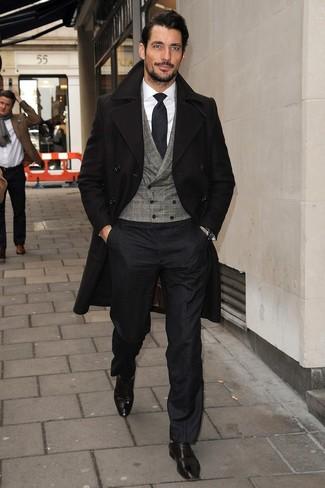 Look de David Gandy: Abrigo Largo Negro, Chaleco de Vestir a Cuadros Gris, Camisa de Vestir Blanca, Pantalón de Vestir Negro