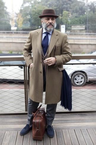 Cómo combinar: abrigo largo marrón, chaleco de vestir de tartán gris, camisa de vestir celeste, pantalón de vestir en gris oscuro