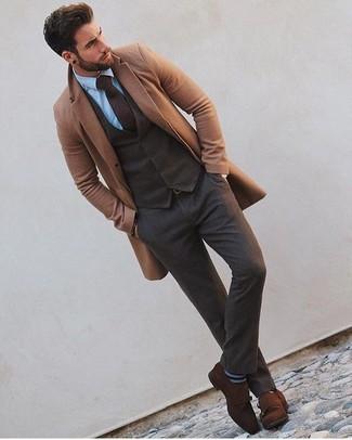 Cómo combinar: abrigo largo marrón claro, chaleco de vestir de lana en marrón oscuro, camisa de vestir celeste, pantalón de vestir de lana en marrón oscuro