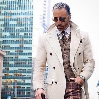 Cómo combinar: abrigo largo en beige, chaleco de vestir de lana marrón, camisa de vestir blanca, pantalón de vestir de lana a cuadros burdeos