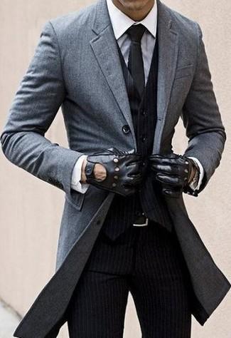 Emparejar un abrigo largo junto a un pantalón de vestir de rayas verticales negro es una opción excelente para una apariencia clásica y refinada.