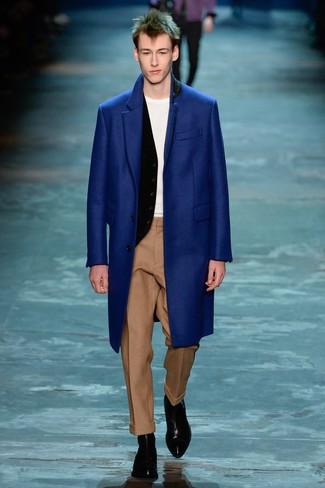 Cómo combinar: abrigo largo azul, chaleco de vestir negro, camiseta con cuello circular blanca, pantalón de vestir de lana marrón claro