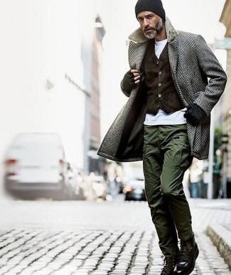 Esta combinación de un abrigo largo de espiguilla gris y un pantalón cargo verde oliva es perfecta para una salida nocturna u ocasiones casuales elegantes. Botas casual de cuero negras son una sencilla forma de complementar tu atuendo.