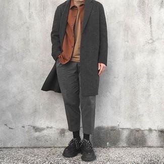 Considera emparejar un abrigo largo gris oscuro junto a un pantalón de vestir de lana gris oscuro para un perfil clásico y refinado. Deportivas negras añadirán un nuevo toque a un estilo que de lo contrario es clásico.
