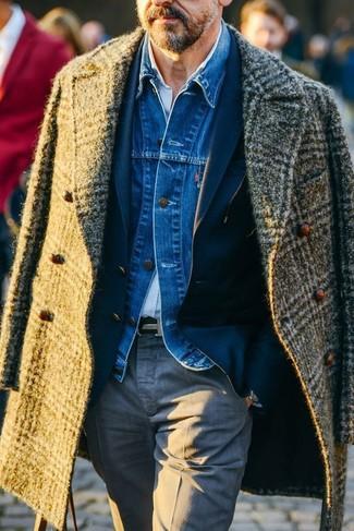 Cómo combinar: abrigo largo de tartán verde oliva, chaqueta vaquera azul, blazer azul marino, camisa de manga larga celeste