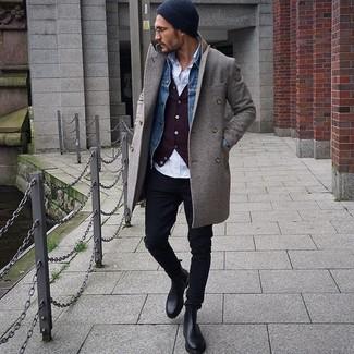 Cómo combinar: abrigo largo gris, chaqueta vaquera azul, cárdigan burdeos, camisa de manga larga blanca