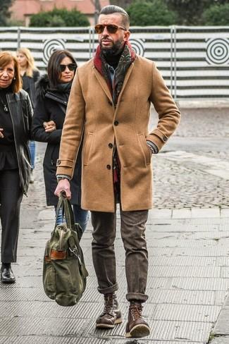 Opta por un abrigo largo marrón claro y un pantalón de vestir de lana marrón para rebosar clase y sofisticación. Si no quieres vestir totalmente formal, opta por un par de botas casual de cuero marrón oscuro.