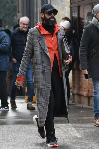 Cómo combinar: abrigo largo de tartán gris, chubasquero naranja, jersey de cuello alto negro, pantalón chino negro
