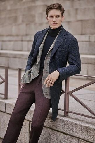 Algo tan simple como optar por un abrigo largo gris oscuro y un pantalón de vestir de lana marrón oscuro puede distinguirte de la multitud.