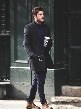 Cómo combinar: abrigo largo en gris oscuro, camisa de manga larga azul marino, pantalón chino azul marino, botas safari de ante marrónes