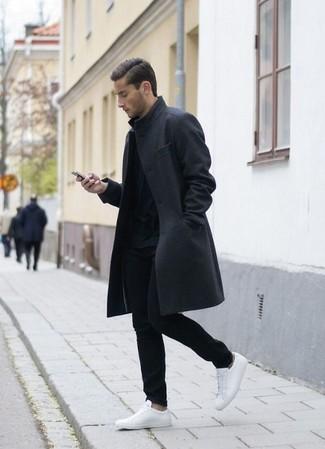 Haz de un abrigo largo gris oscuro de hombres de Tommy Hilfiger y un pantalón chino negro tu atuendo para el after office. Si no quieres vestir totalmente formal, haz tenis de cuero blancos tu calzado.