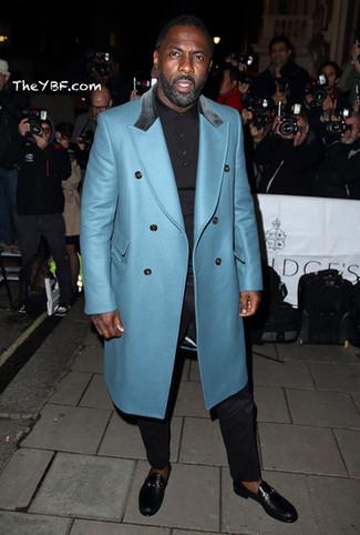 Look de Idris Elba: Abrigo Largo en Turquesa, Camisa Polo Negra, Pantalón de Vestir Negro, Mocasín de Cuero Negro