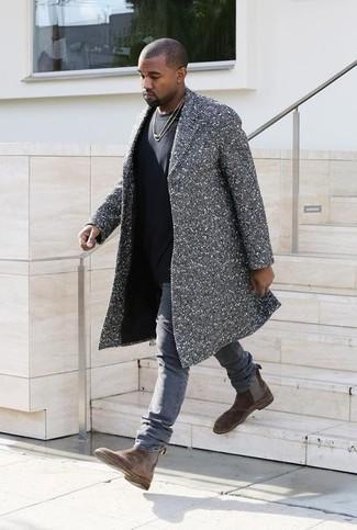 Look de Kanye West: Abrigo Largo de Espiguilla Gris, Camiseta con Cuello Circular Negra, Vaqueros Grises, Botines Chelsea de Ante Marrónes