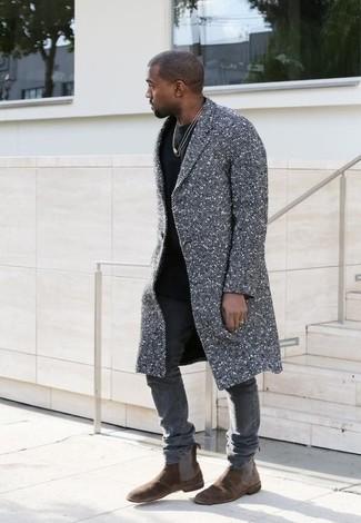 Look de Kanye West: Abrigo Largo Gris, Camiseta con Cuello Circular Negra, Vaqueros Pitillo Grises, Botines Chelsea de Ante en Marrón Oscuro