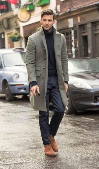 Cómo combinar: abrigo largo gris, jersey de cuello alto azul marino, pantalón de vestir azul marino, botas safari de ante marrónes