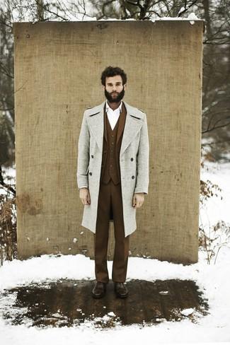 Cómo combinar: abrigo largo gris, traje de tres piezas de lana marrón, camisa de vestir blanca, zapatos oxford de cuero marrónes