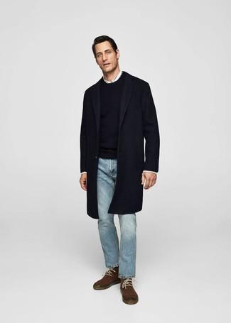 Cómo combinar: abrigo largo azul marino, jersey con cuello circular negro, camisa de manga larga blanca, vaqueros celestes