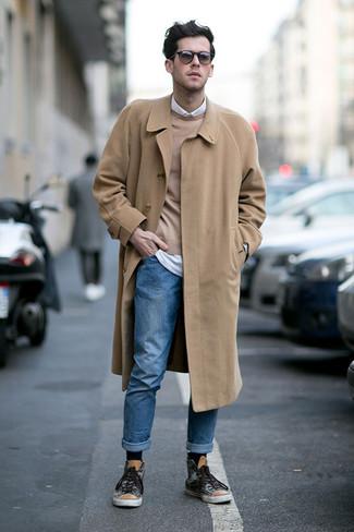 Cómo combinar: abrigo largo marrón claro, jersey con cuello circular marrón claro, camisa de manga larga blanca, vaqueros azules