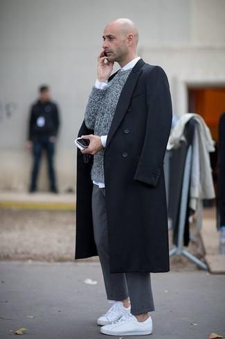 Opta por un jersey con cuello circular gris y un pantalón chino gris para un look diario sin parecer demasiado arreglada. Para darle un toque relax a tu outfit utiliza tenis de cuero blancos.