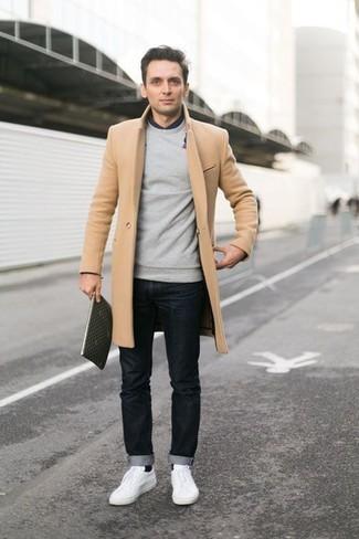 Esta combinación de un abrigo largo y unos vaqueros negros es perfecta para una salida nocturna u ocasiones casuales elegantes. Para darle un toque relax a tu outfit utiliza tenis blancos.