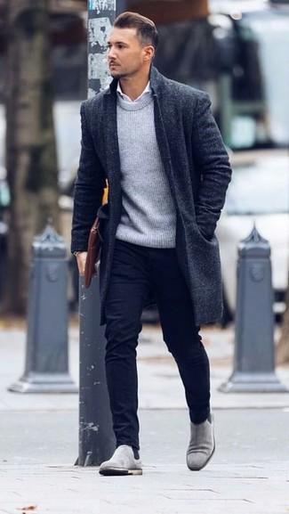 Cómo combinar: abrigo largo negro, jersey con cuello circular gris, camisa de vestir blanca, pantalón chino negro