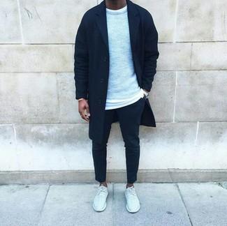 Emparejar un abrigo largo negro de hombres de Tommy Hilfiger con un pantalón chino negro es una opción estupenda para un día en la oficina. Deportivas blancas añadirán interés a un estilo clásico.