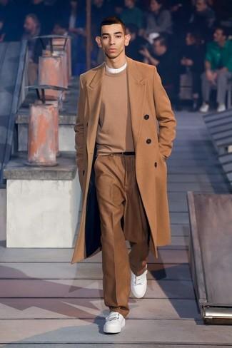 Cómo combinar: abrigo largo marrón claro, jersey con cuello circular marrón claro, camiseta henley blanca, pantalón de vestir marrón