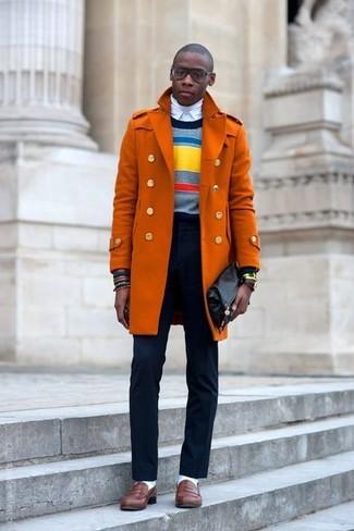 Look de moda: Abrigo Largo Naranja, Jersey con Cuello Circular de Rayas Horizontales en Multicolor, Jersey de Cuello Alto Blanco, Camisa de Vestir Blanca