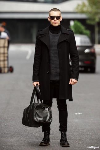 Algo tan simple como emparejar un abrigo largo con unos vaqueros negros puede distinguirte de la multitud. Este atuendo se complementa perfectamente con botas de cuero negras.