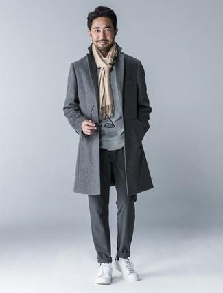 La versatilidad de un jersey con cuello circular gris y un pantalón chino gris oscuro los hace prendas en las que vale la pena invertir. Para el calzado ve por el camino informal con tenis de cuero blancos.
