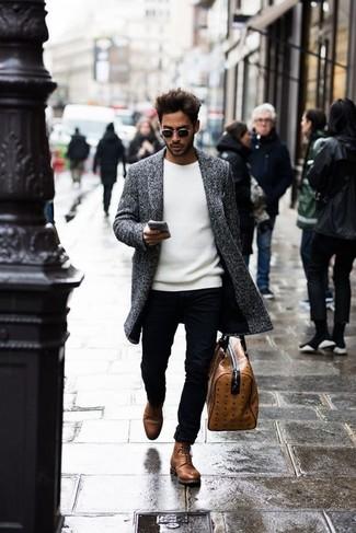 Cómo combinar: abrigo largo gris, jersey con cuello circular blanco, pantalón chino negro, botas casual de cuero marrónes