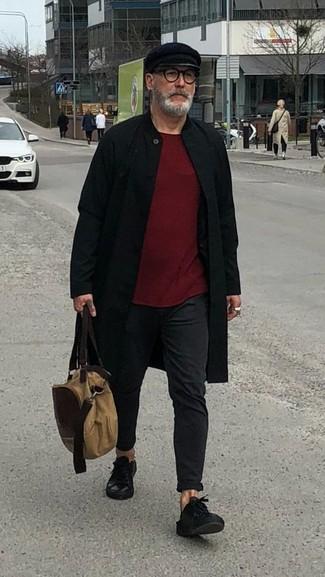 Cómo combinar: abrigo largo negro, jersey con cuello circular burdeos, pantalón chino negro, tenis de cuero negros