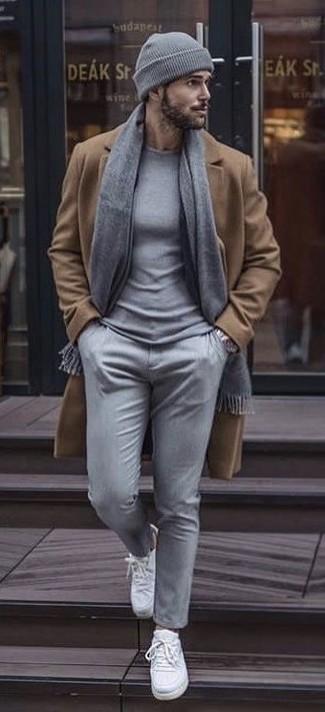 Cómo combinar: abrigo largo marrón claro, jersey con cuello circular gris, pantalón chino gris, tenis de lona blancos